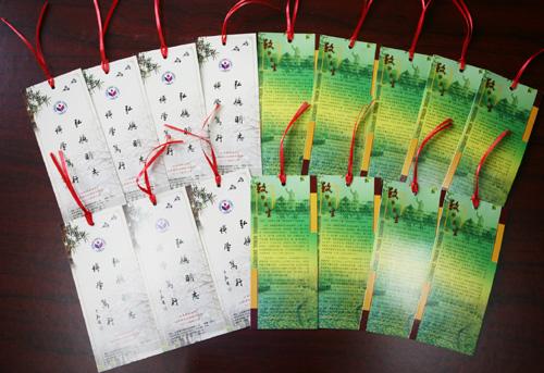 学校向2014届毕业生赠送毕业纪念册,纪念卡和纪念书签