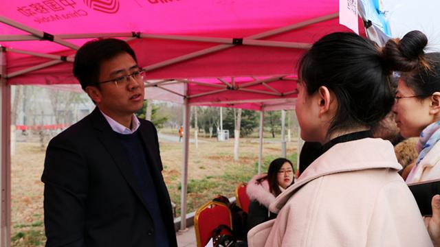 青岛市海山学校负责人接受采访
