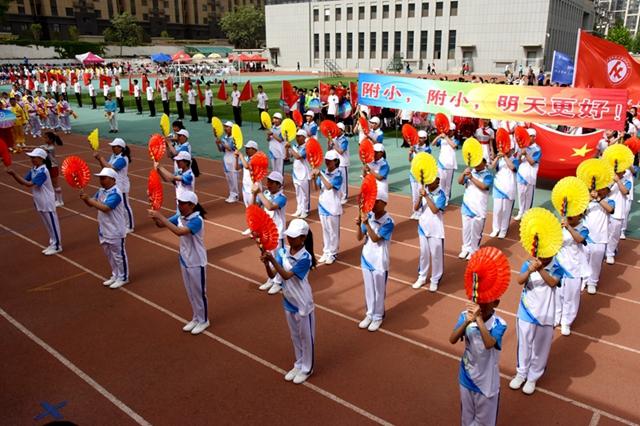 各个入场方队的精彩表现拉开了此次运动会的华丽篇章,我校国旗队,校旗图片